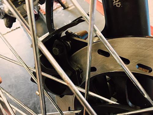 Front brake calliper, brake pad, and brake disc